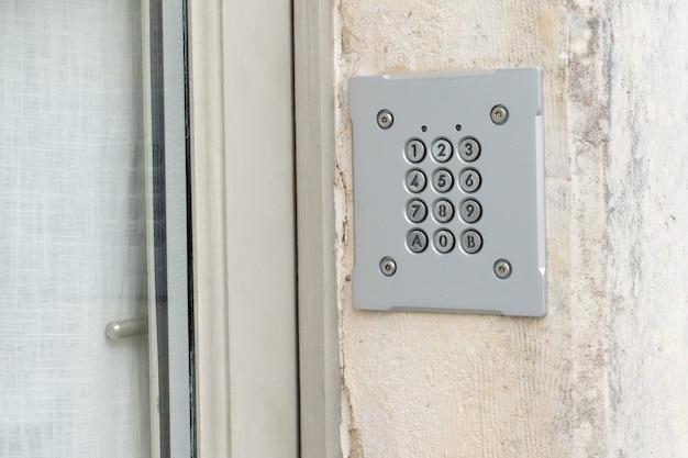 Wachtwoordcode beveiliging toetsenbordsysteem beschermd in openbaar gebouw Premium Foto