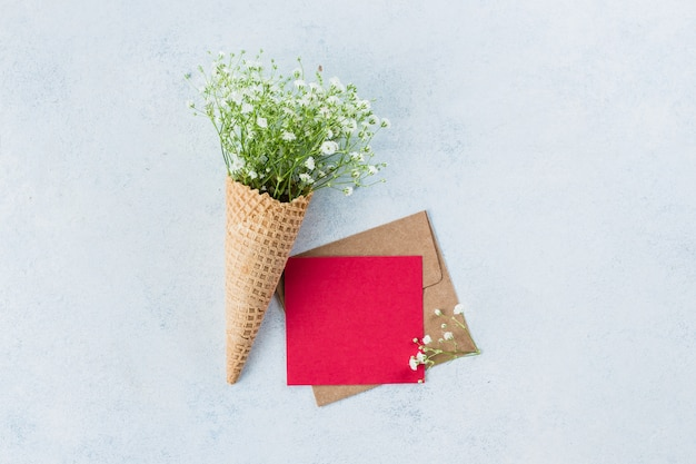 Wafelkegel met gypsophila en groetkaart Premium Foto
