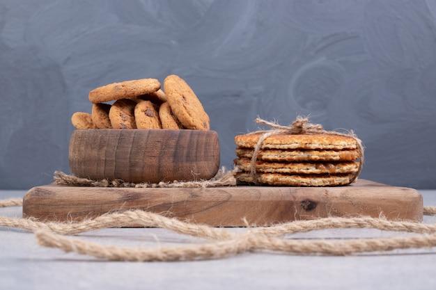Wafels en kom met koekjes op witte lijst. hoge kwaliteit foto Gratis Foto