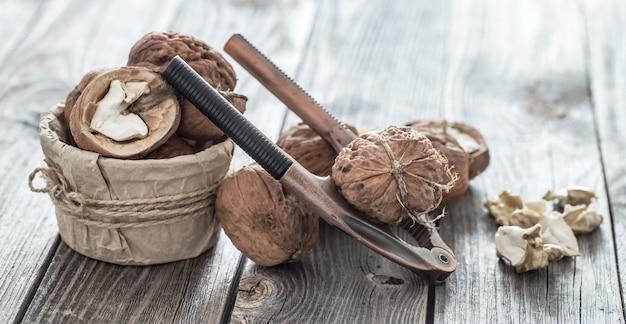 Walnoten en notenkraker op houten tafel Gratis Foto