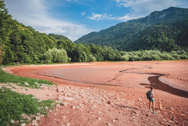 Wandelaar met een hond op droog meerbed Premium Foto