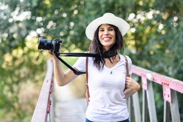 Wandelaarvrouw die foto's met een mirrorless camera nemen Premium Foto