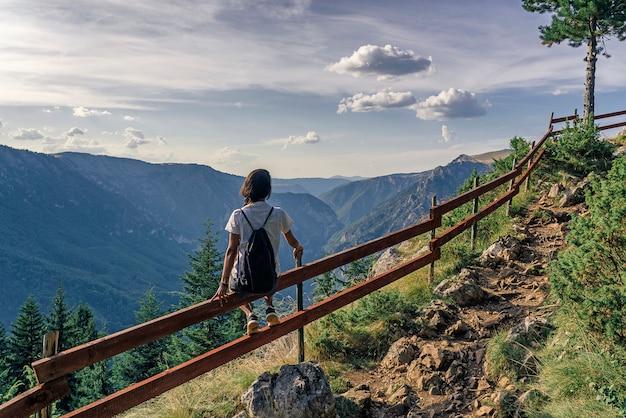 Wandelaarvrouw die van adembenemende meningen in het nationale park van durmitor, montenegro genieten Premium Foto