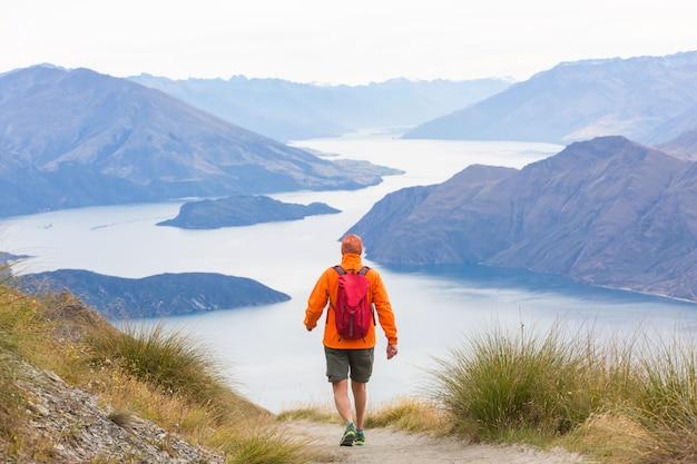 Wandelen en wandelen in nieuw-zeeland. reis- en avontuurconcept Premium Foto