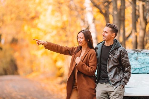 Wandelen in de herfstpark op zonnige herfstdag en gelukkige familie Premium Foto