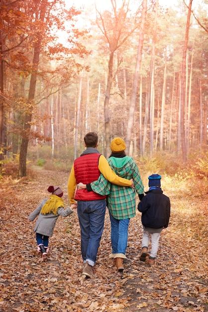 Wandelen met familie in de herfst Gratis Foto