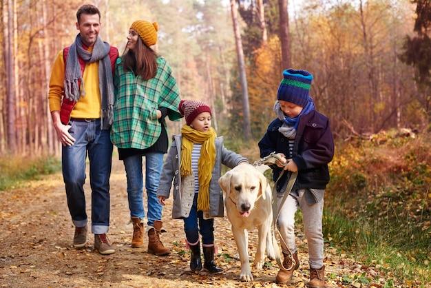 Wandelen met het hele gezin in de herfst Gratis Foto