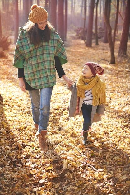 Wandelen met moeder in het bos Gratis Foto
