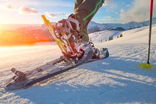Wandelen met sneeuwschoenen in de bergen Premium Foto