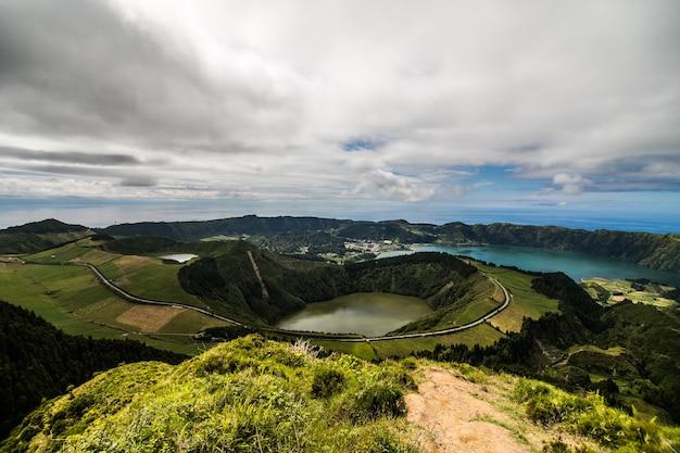 Wandelpad naar een uitzicht op de meren van sete cidades, azoren, portugal Gratis Foto