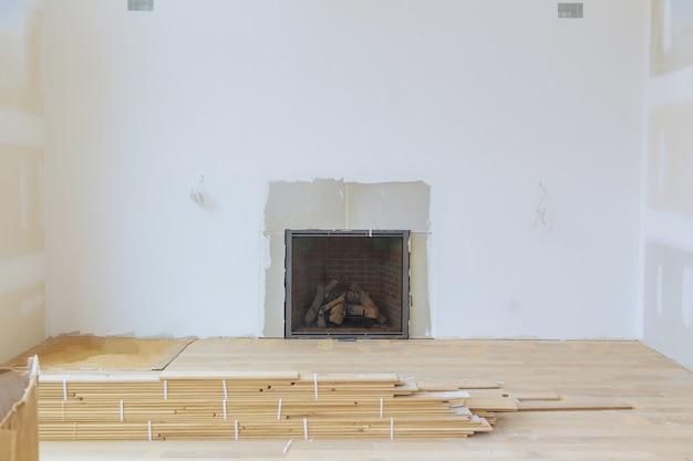 Wanden gipsplaten met kamer in aanbouw met afwerkplamuur in de kamer Premium Foto