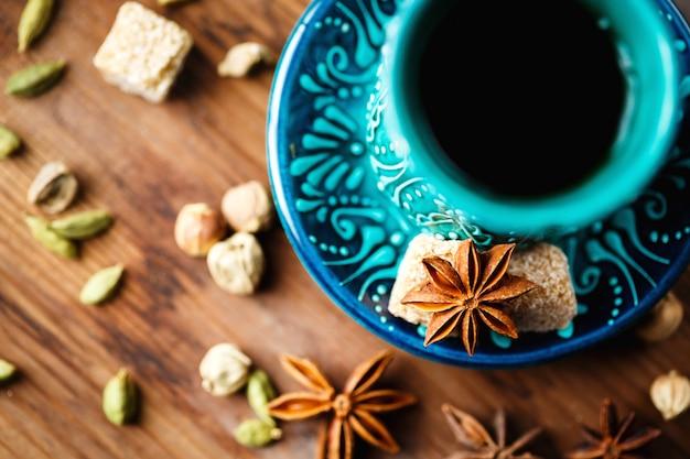 Warm drankje met kruiden in authentieke kop Premium Foto