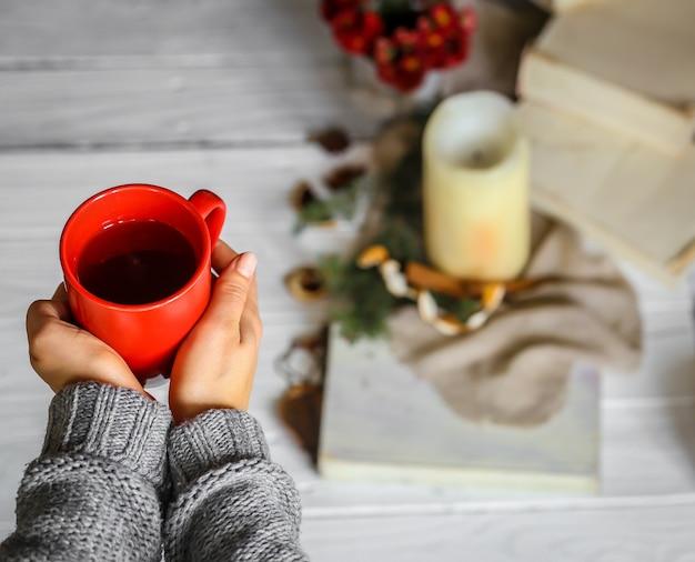 Warm en gezellig, concept meisje handen met een kopje thee Gratis Foto