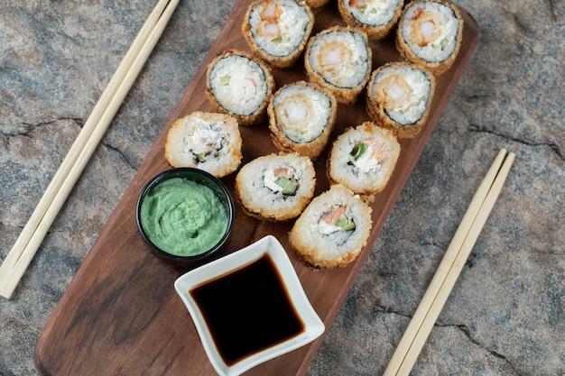 Warm gebakken sushi rolt met sojasaus en wasabi. Gratis Foto