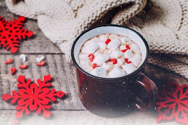 Warme chocolademelk, marshmallow en candy stick. traditionele winter kerstdrank. vakantie ti Premium Foto