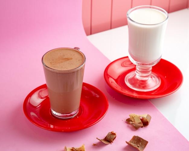 Warme chocolademelk met gestoomde melk en chocolade op tafel Gratis Foto