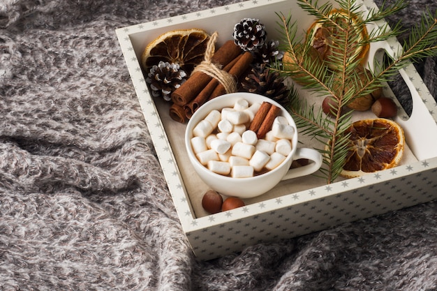 Warme chocolademelk met marshmallow kaneelstokjes, anijs, noten op houten dienblad Premium Foto