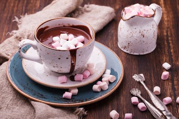 Warme chocolademelk met marshmallow Premium Foto