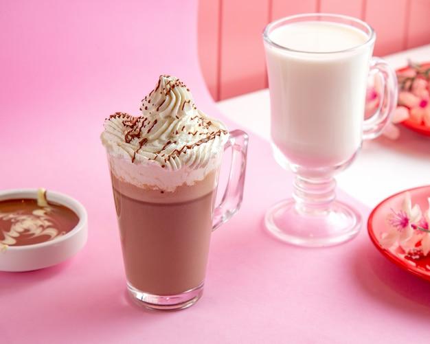 Warme chocolademelk met slagroom melk en chocolade op tafel Gratis Foto