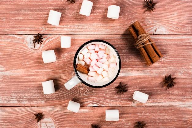 Warme kaneel en marshmallows drinken Gratis Foto