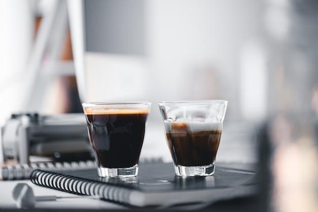 Warme koffie in een kopje op de computer bureau Premium Foto