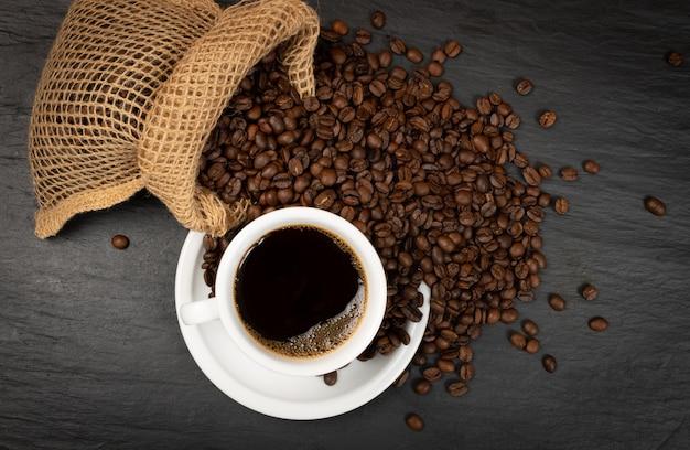 Warme koffiekopje en koffiebonen Premium Foto