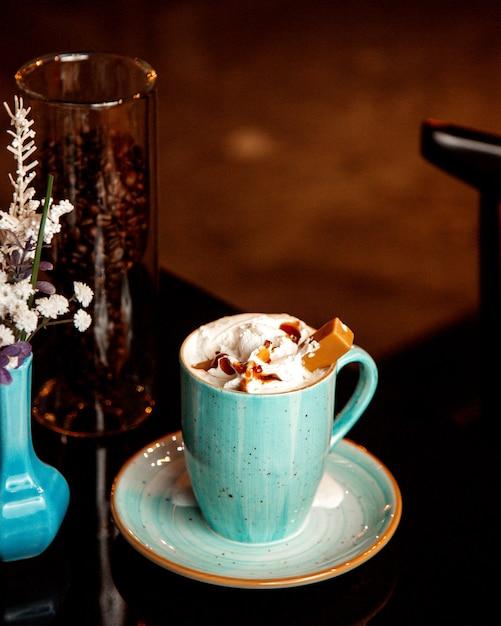 Warme kop karamel koffie met slagroom Gratis Foto