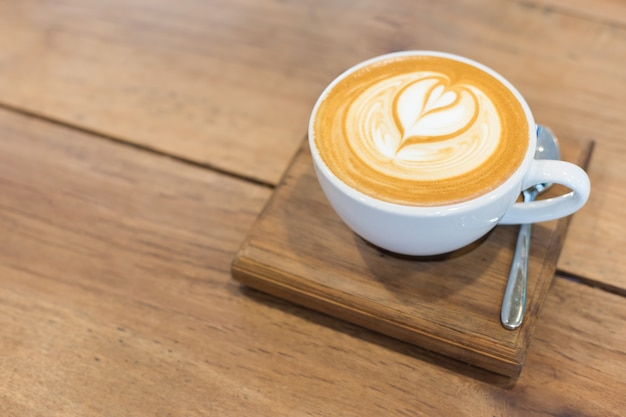 Warme kunst latte coffee op de tafel. Gratis Foto