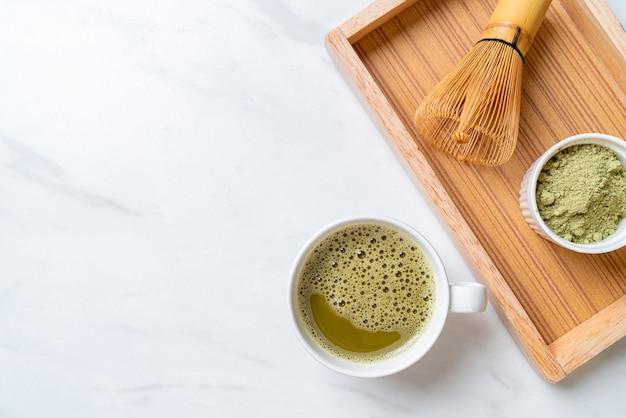 Warme matcha groene thee beker met groene thee poeder en garde Premium Foto