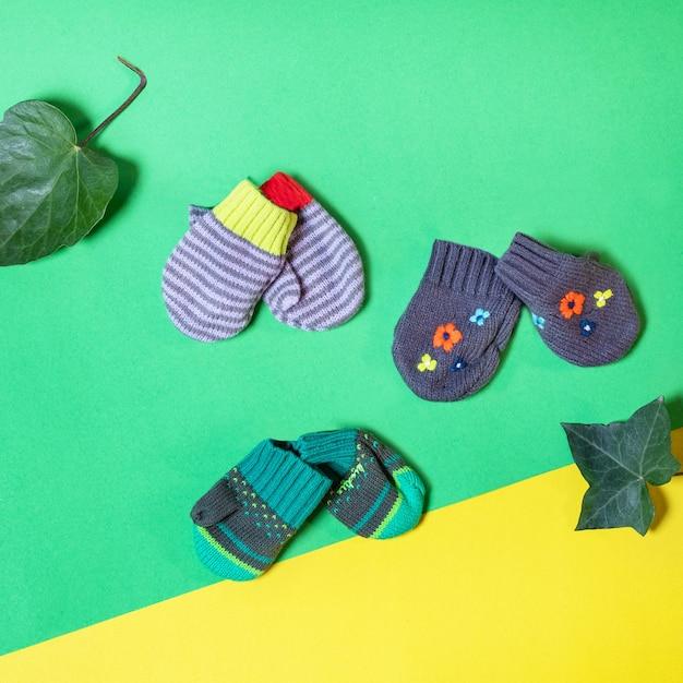 Warme winter kinderhandschoenen geïsoleerd Premium Foto