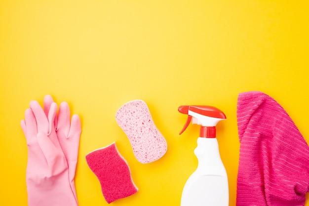 Wasmiddelen en schoonmaakaccessoires in pastelkleuren. schoonmaakservice, idee voor kleine bedrijven. bovenaanzicht Premium Foto