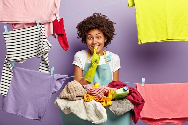 Wasserij, netheid en huishouding. blije huisvrouw in schort en rubberen handschoenen Gratis Foto