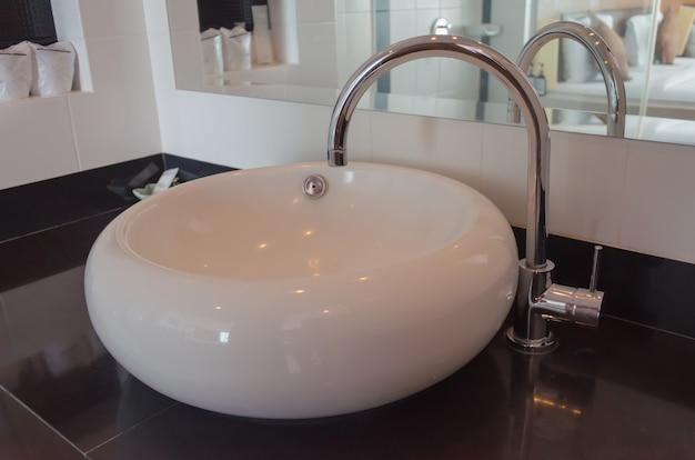 Wastafels in de badkamer Premium Foto