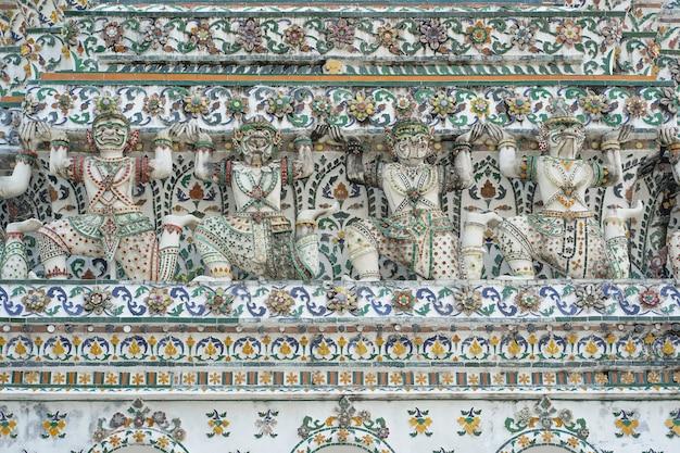 Wat arun (tempel van de dageraad) in bangkok Premium Foto