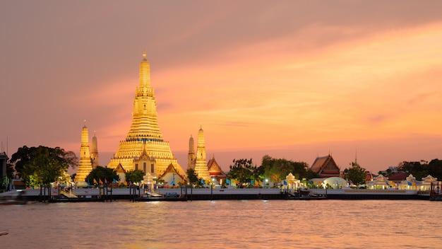 Wat arun temple bij zonsondergang in bangkok thailand. Premium Foto