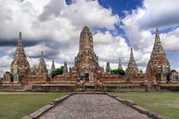 Wat chaiwatthanaram in het historische park van ayutthaya, ayutthaya, thailand. Premium Foto