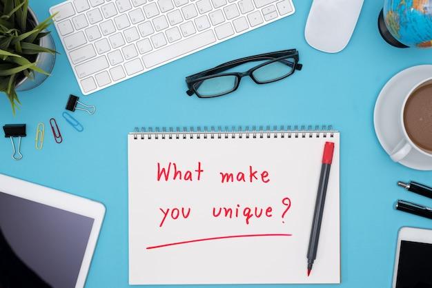 Wat maakt u uniek met bureautafel bureau Gratis Foto