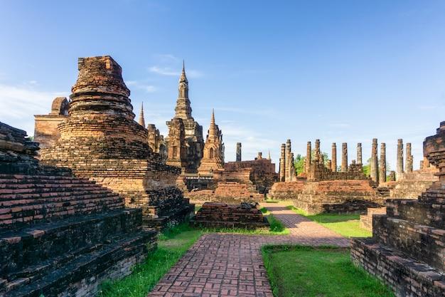 Wat mahathat-tempel in het district van historisch park sukhothai Premium Foto
