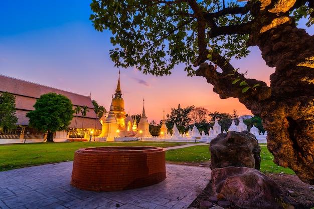 Wat suan dok is een boeddhistische tempel (wat) bij zonsondergang en is een belangrijke toeristische attractie in chiang mai, noord-thailand. Premium Foto