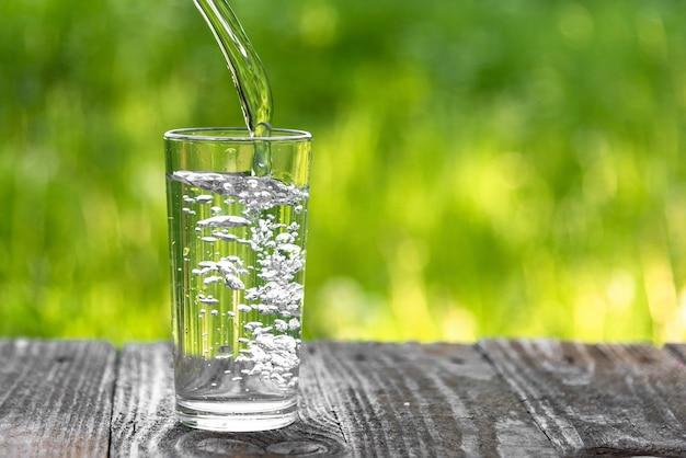 Water gegoten in een glas Premium Foto