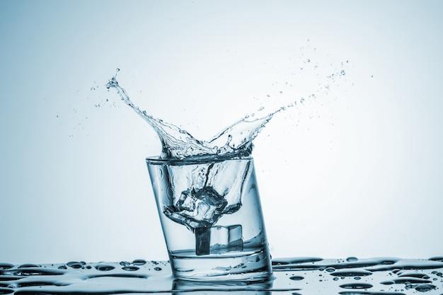 Water in glas met waterplons Gratis Foto