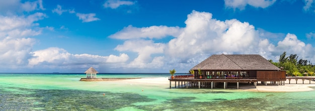 Waterbungalows op tropisch eiland op de malediven Premium Foto
