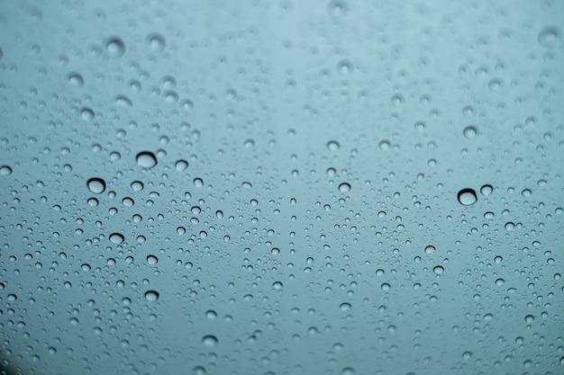 Waterdalingen op het glas op een regenachtige dag Premium Foto