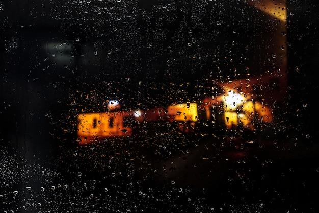 Waterdalingen op stedelijke achtergrond Gratis Foto