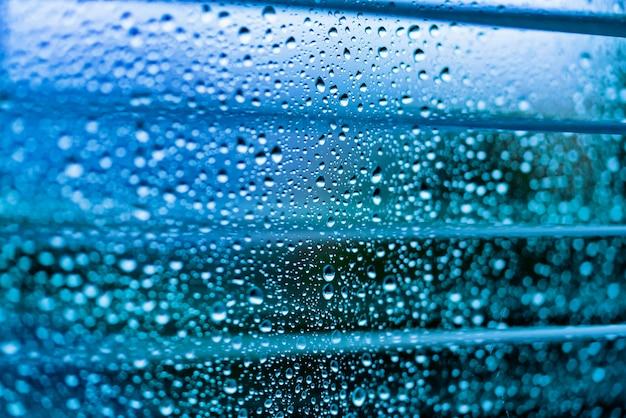 Waterdruppels op een glazen oppervlak Premium Foto