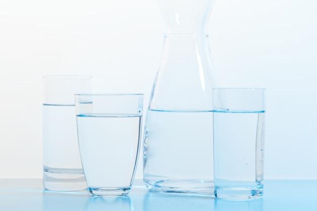 Waterglas en kan Premium Foto