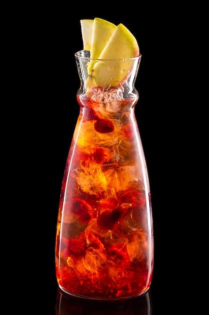 Waterkruik met frambozen, appel en cranberry ijslimonade geïsoleerd Premium Foto