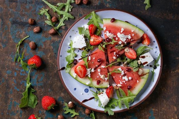 Watermeloen en aardbeisalade Premium Foto
