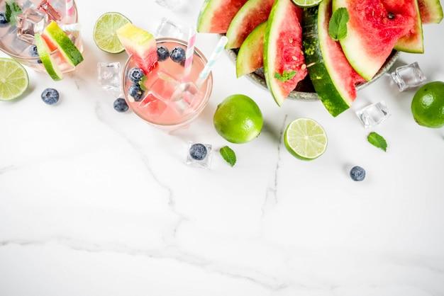 Watermeloen en bosbessenlimonade Premium Foto