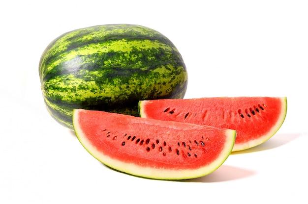 Watermeloen en watermeloenplak op witte achtergrond wordt geïsoleerd die. Premium Foto